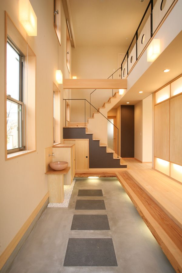 Modern Japanese Entrance - conceito da entrada ser ao lado da escada e não ter que passar por vários comodos como a sala para ter acesso a outros