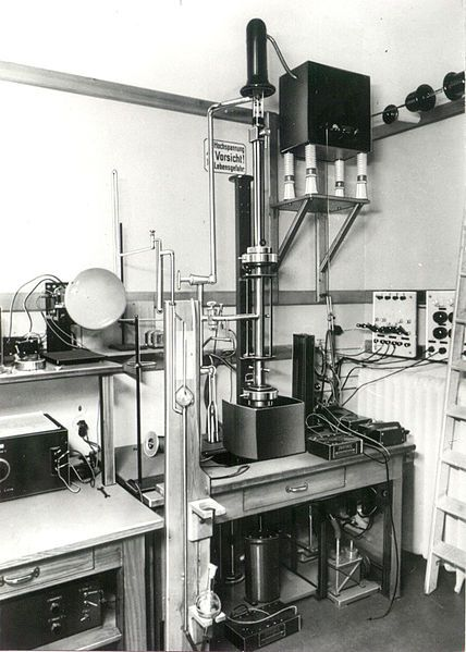 First Scanning Electron Microscope with high resolution from Manfred von Ardenne 1937.jpg