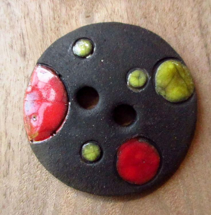 1 très gros bouton noir à pois de couleurs : Céramique, Porcelaine par atelierelementerre
