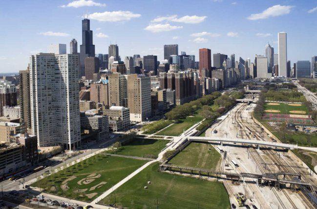 """Chicago La llamada Ciudad del Viento, junto el lago Michigan, es la más importante de Estados Unidos en cuanto a arquitectura se refiere. Configurada por varios arquitectos a mediados del siglo XIX, la ciudad contiene joyas como el rascacielos John Hancock Center, la torre """"de cristal"""" North Lake Shore Drive o Chicago Board Trade, joya del art nouveau construída en 1930. Ciudad que acuñó el término del rascacielos que después se extendería a todo el mundo y cuyas mejores vistas se consiguen…"""