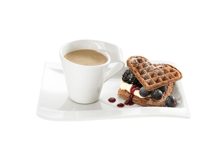 Káva a vafle se šlehačkou a čerstvým ovocem