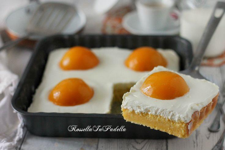 Spiegeleikuchen, la torta di uova. Una base di pan di spagna, morbida crema e pesche sciroppate, dall'aspetto simile a uova fritte. Torta tipica Tedesca. Dessert