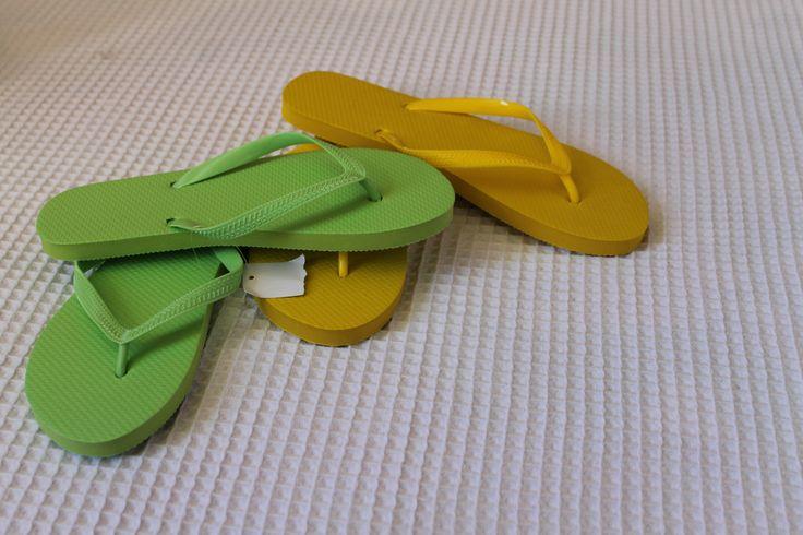 Sandalias para el hogar, de diferentes colores y estilos.