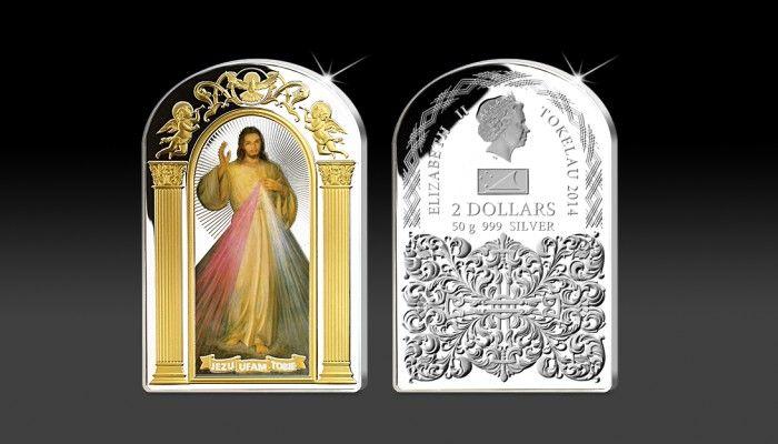 """Oficjalna, srebrna moneta """"Jezu ufam Tobie"""" została wybita aż z 50 gramów czystego srebra próby 999/1000. Cudowny Obraz Miłosierdzia Bożego zdobi jej rewers o imponujących wymiarach 40 x 60 mm. Ornamenty wokół obrazu są platerowane czystym, 24-karatowym złotem."""