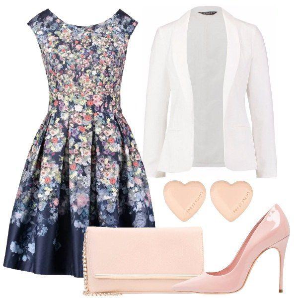 Sicuramente, con questo ouftit vi farete notare. Il look è composto da un vestito con fantasia floreale, un blazer bianco e dei tacchi rosa. Infine, la borsa rosa si abbina perfettamente con i tacchi.