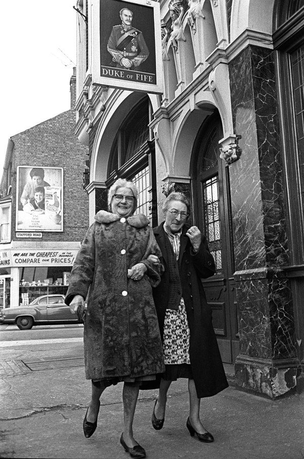Sisters Rose Walsham & Susan Lawrence, lifelong customers at the Duke of Fife, East End, London, 1960s.  (from London's East End, a 1960s album).  Photo by Steve Lewis.