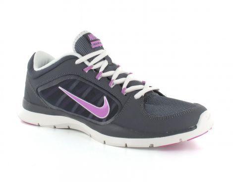 De Flex damestrainingsschoen is zeer licht van gewicht en heeft een sportieve look. De #damesschoenen zijn voorzien van een zacht gevulde enkel kraag voor comfort en stevigheid van de enkel. De bovenkant van de schoen is grotendeels gemaakt van net stof, dit zorgt voor extra ventilatie rondom de voet. De bekende #Nike swoosh is zichtbaar op de zijkant van de schoen.