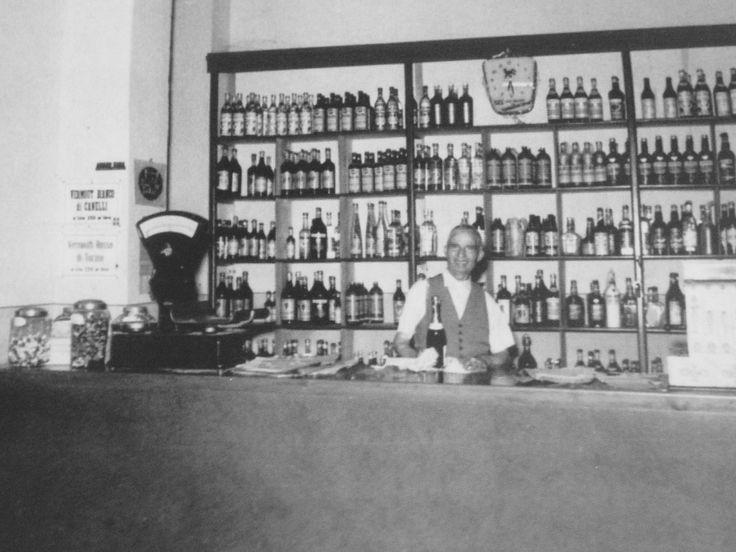 Il Sindaco Arrigo Sorini al lavoro nel negozio di liquori dì Montecatini Terme - 1949.