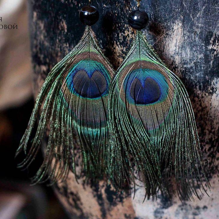 Серьги Перо павлина с агатом  Длина сережек 12 см.   Материалы: перо павлина, камень агат, металлическая фурнитура.  Цена: 650₽  Нежные и женственные серёжки отлично подчеркнут неординарность их хозяйки.  Перья подчеркнут легких характер, а благородный и многогранный цвет павлиньего пера подчеркнёт любой цвет глаз в самом выгодном свете)  ловец снов купить спб
