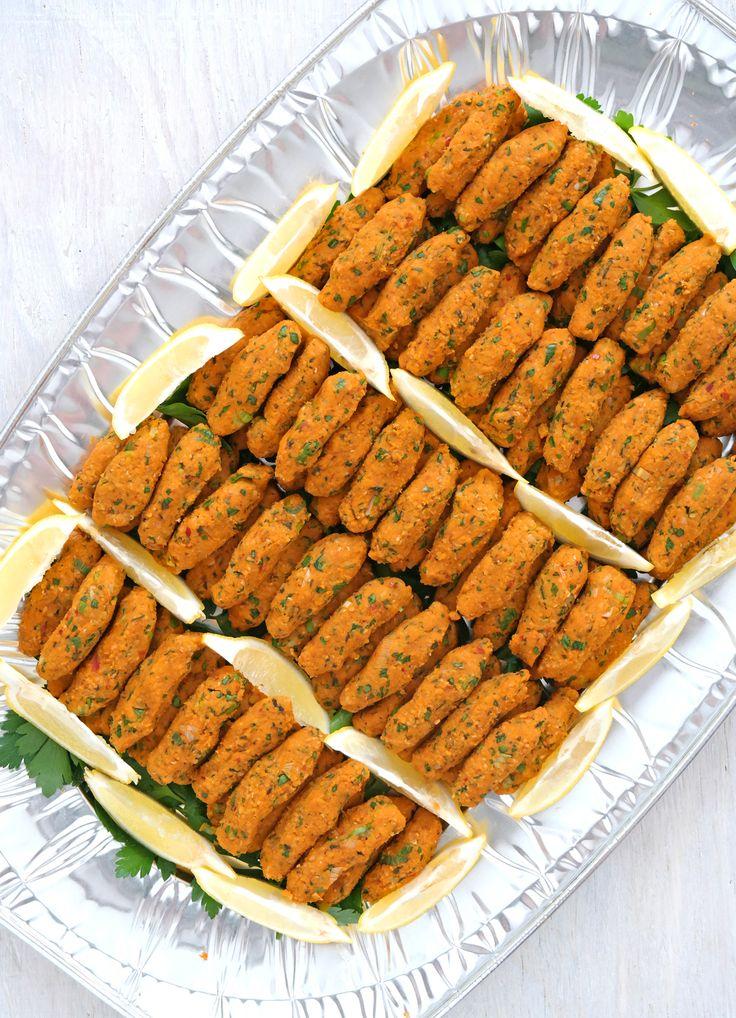 Ein fantastisches Partyfingerfood und dazu noch vegan, so dass wirklich jeder zugreifen kann: Mercimek Köftesi aus roten Linsen und Bulgur.