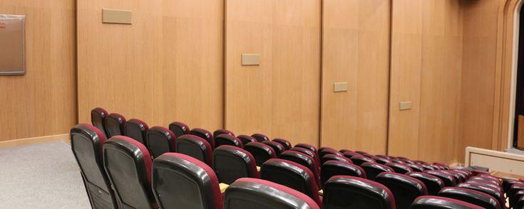 La cuidada y elegante instalación de los paneles acústicos en el salón de actos es digna de destacar con detalles curvos en el escenario…