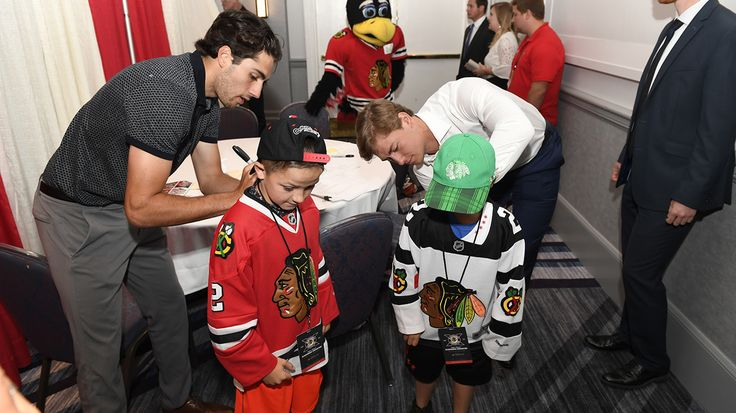 Nick Schmaltz and John Hayden sign some autographs at the 2017 Blackhawks Convention!