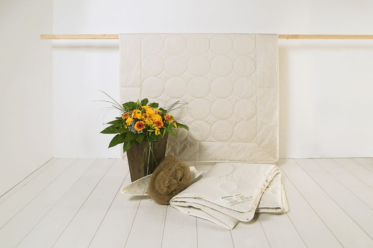 """Die Kamelflaumhaar-Leicht-Kombi-Bettdecke """"Cammello"""" ist nicht nur ideal für Menschen mit einem durchschnittlichen Wärmebedarf, sondern auch für alle, denen Nachts schnell zu warm wird. Gefüllt mit 100% Kamelflaumhaar sorgt die Bettdecke für den optimalen Temperatur-Ausgleich, sowie ein trockenes und warmes Schlafklima. Durch die Kombination aus ultraleichter und leichter Bettdecke wird """"Cammello"""" zur flexiblen 4-Jahreszeiten-Bettdecke."""