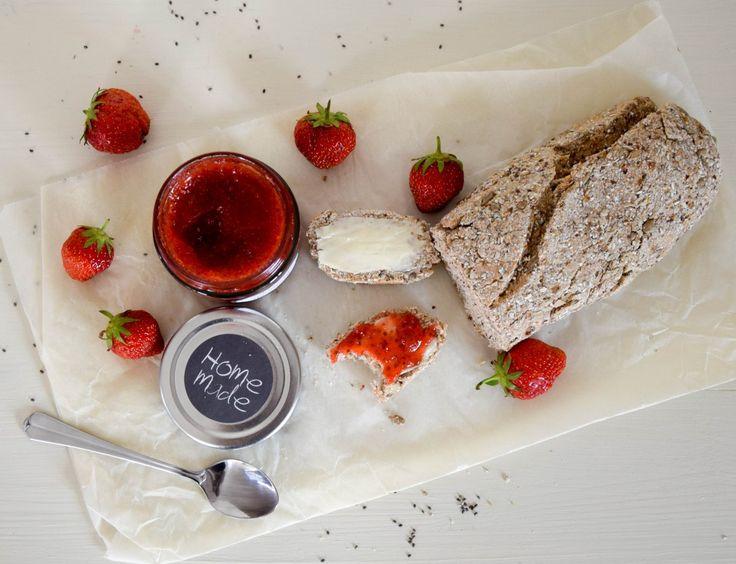Erdbeer Chia Marmelade mit selbstgebackenem Brot