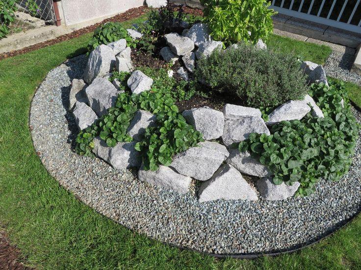 Trennen Sie Rasen und Steine ohne dabei Mensch oder Maschine zu gefährden. Im Gegensatz zu vielen bekannten Rasenkanten aus Metall gibt die UNI-Line Rasenkante aus Kunstsoff nach.
