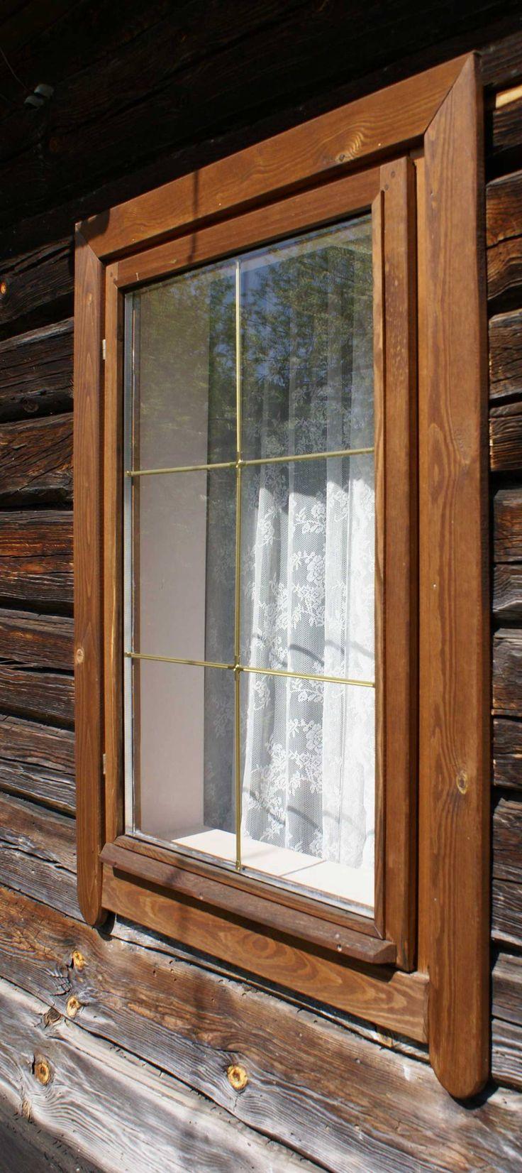 На первый взгляд дом совершенно ничем не выделяется на фоне десятков таких же срубов. Это так, да не совсем. В срубе поставлены новые деревянные окна со стеклопакетом.