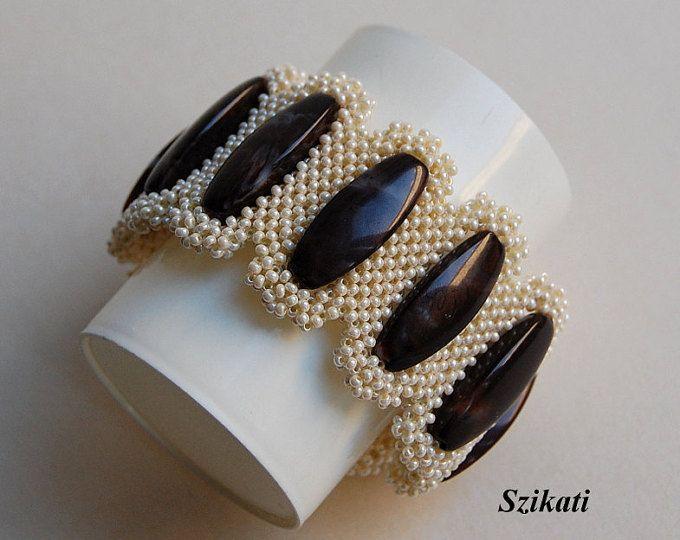 Bella uno-di-un-tipo seme bronzo cangiante di perle Bracciale con un assoluto unico, accattivante forma e design.  Lunghezza: 7,6 pollici / 19 cm Larghezza: 1,4 pollici / 3,5 cm Chiusura: chiusura serratura magnetico scorrevole  Tecnica: tessere 3D angolo retto (3D crudo)  Il braccialetto è mio disegno originale!  Questo pezzo artigianale di gioielli di moda sarà una grande aggiunta alla vostra collezione di gioielli unici o un dono meraviglioso e perfetto per una persona molto spec...