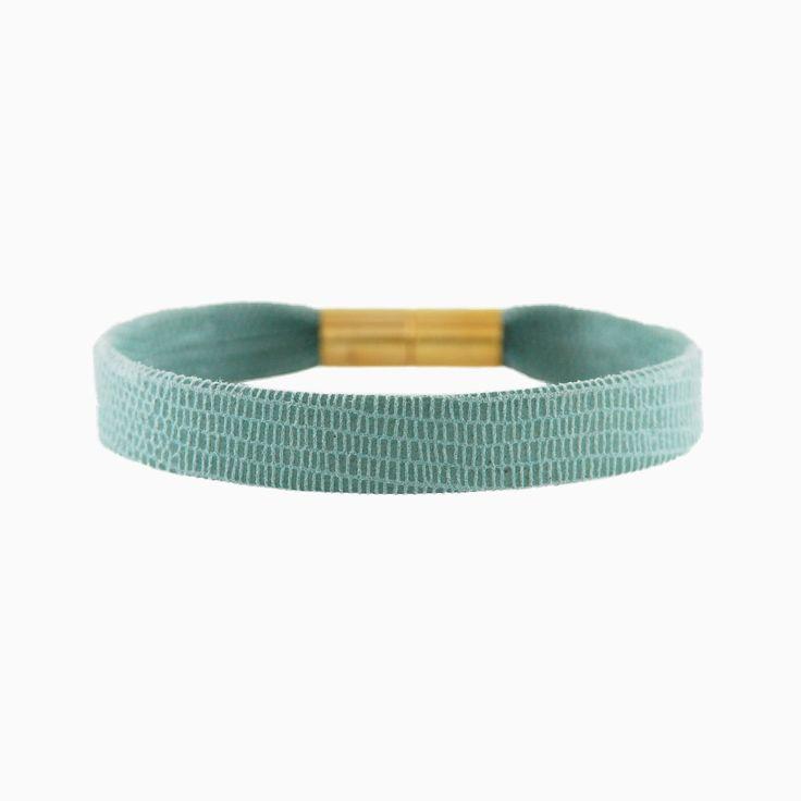 Lederen armband met magnetisch slotje van messing met een laagje 18k goud. Stapel met andere armbanden van glas of schakeltjes voor een brede set armcandy. Less is less, more is more!