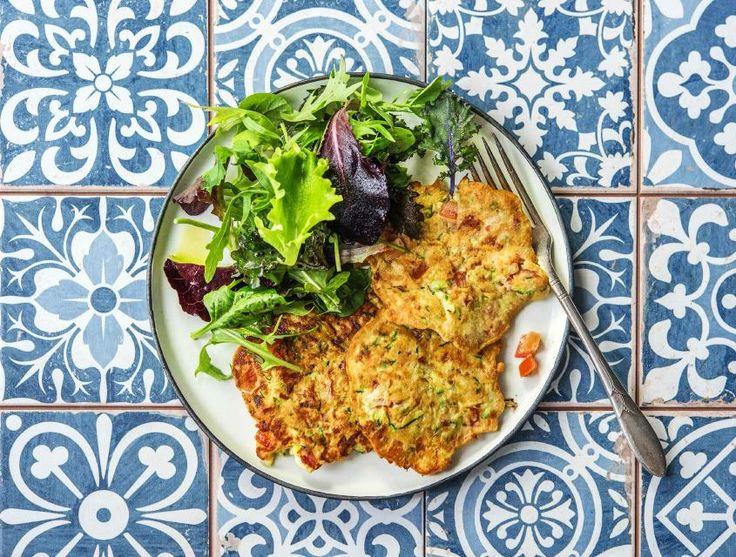 Drie-in-de-pan is een traditioneel Hollands gerecht waarbij je drie kleine, dikke pannenkoeken bakt met appels en rozijnen. Wij hebben er een hartige variant op verzonnen met gruyère, spekblokjes, courgette en tomaat. Hiernaast serveer je een frisse salade.