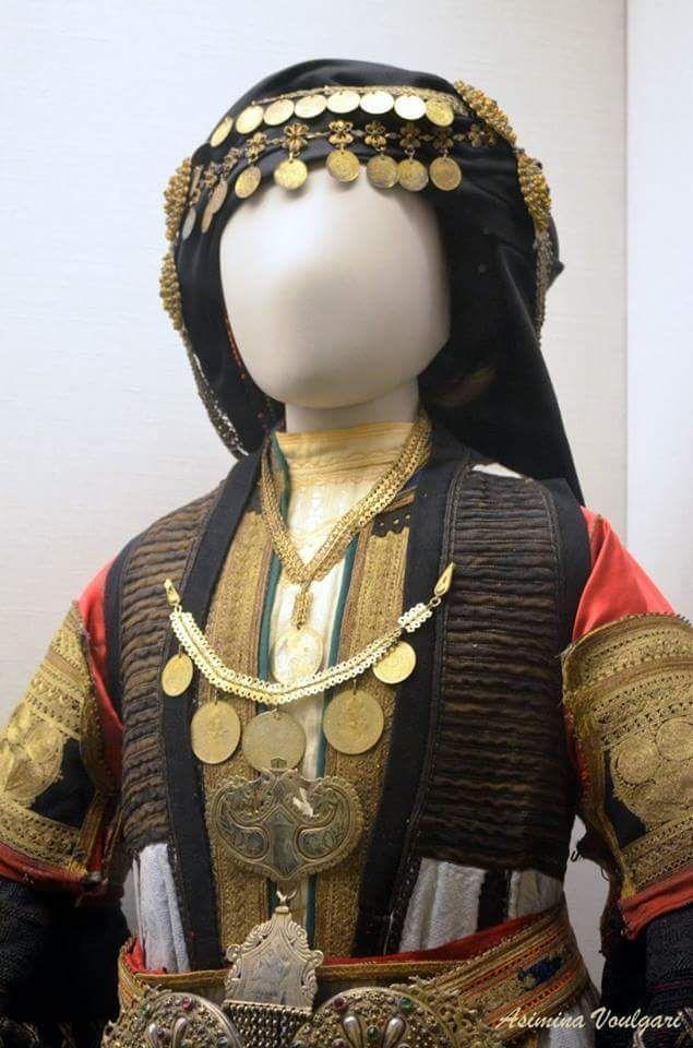 Νυφιάτικη φορεσιά. Καραγκούνας.(λεπτομέρεια). Φωτογραφία: Ασημίνα. Βούλγαρη.