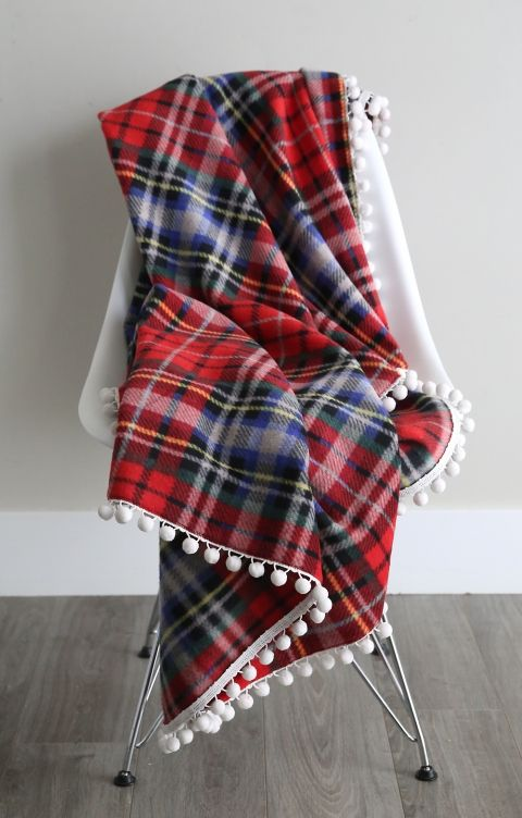 These fleece blankets are gorgeous! How to make easy trimmed fleece blankets. Great DIY Christmas or holiday gift idea!