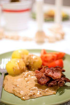 Här har vi en riktig husmansklassiker! Gillar du stekt fläsk med löksås? Det är billigt och mättande – rejält käk, helt enkelt! Det kan man ju behöva ibland. Servera fläsket och löksåsen med kokt potatis och en sallad. Stekt fläsk med löksås (4 port.) 300 g rimmat sidfläsk i skivor 3 gula lökar Smör att …