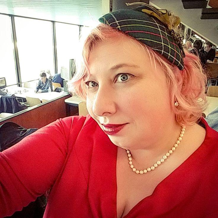 A Day at the Races: Weitschaftstiefel und Trabrennen   Miss Kittenheel plussize vintage tartan tapestry red wiggledress fascinator pinupstyle pearls