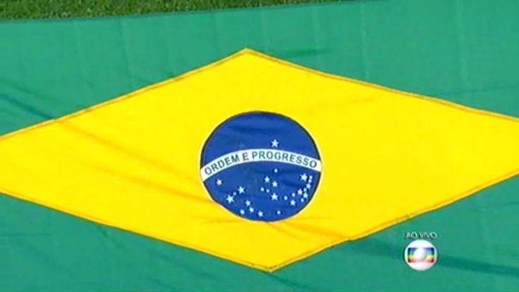 """""""Feita no paint"""", a bandeira do Brasil exibida durante o hino nacional na estreia da seleção na Copa América foi alvo de críticas e ironias pelas redes sociais devido às diferenças em relação à bandeira oficial."""
