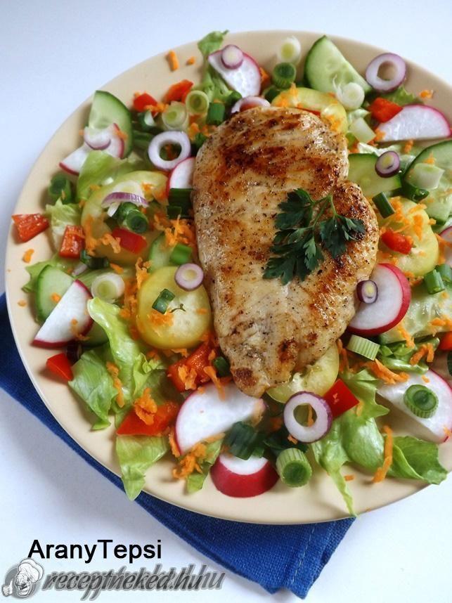 Hozzávalók a csirkéhez: 2 kisebb csirkemell filé 1 nagy csipet só 1 tk grill fűszerkeverék 1,5 dl tej 0,5 dl olaj A salátához: 6-7 nagy jégsaláta levél 1 k