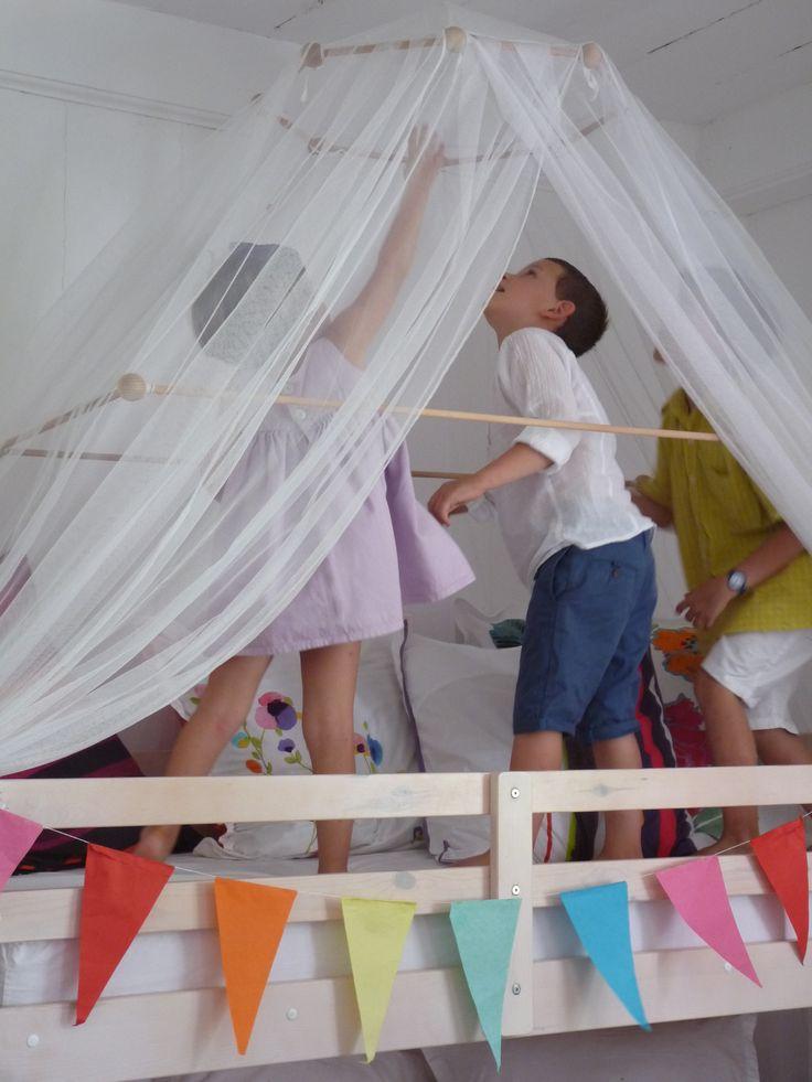 en haut sous le chapiteau moustiquaire pour lits superpos s disponible chez arts de la maison. Black Bedroom Furniture Sets. Home Design Ideas
