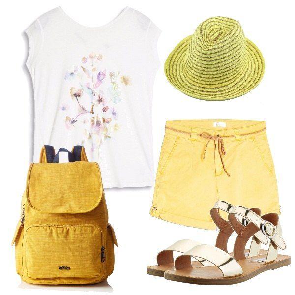 Ideale col gran caldo vestirsi di colori chiari, come la maglietta con delicata stampa, i pantaloncini gialli, i sandali flat dorati, il leggero zainetto color limone, ed il cappello a righe.
