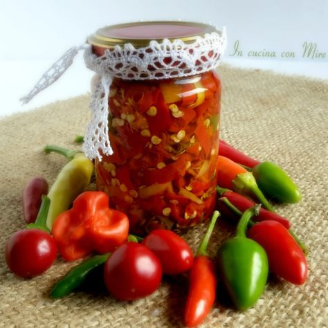 Peperoncini conservati in olio  I peperoncini conservati sott'olio un altro modo di conservare i peperoncini. Preparati in questo modo tagliati a pe