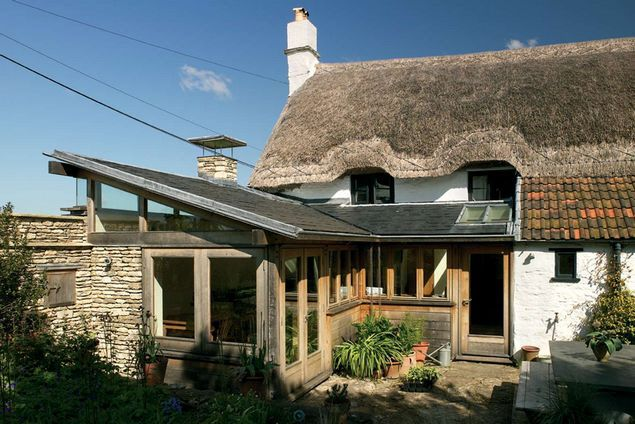 This is real contrast. Who'd have though that you could mix a modern oak framed extension with a thatched cottage and make it work so good...
