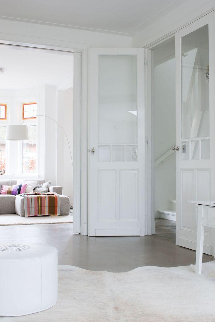 De bewoners van dit hoekhuis vinden het geen probleem om met drie kleine kinderen in een wit huis te wonen. 'Wit is zó fris, zelfs troep staat er mooi op.'