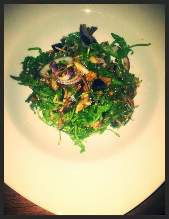 Deze salade is echt master. Rucola, geroosterde aubergine, in ketjap gebakken paddestoelen, rode ui, parmezaanse kaas en een dressing van mosterd en een goede olijfolie.
