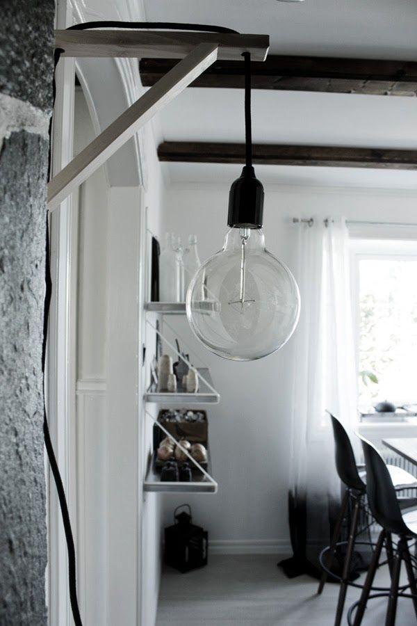 diy lampa, svart och vitt, lampa på konsol, ytygsladd, svart lampa, stor glödlampa, barstolar