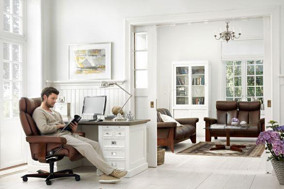 Die digitale Welt macht's möglich. Mit dem neuen Home Office Programm hält erstmals das von den Polstermöbeln bekannte Gleitsystem Einzug in die Arbeitswelt. Foto: djd/EKORNES