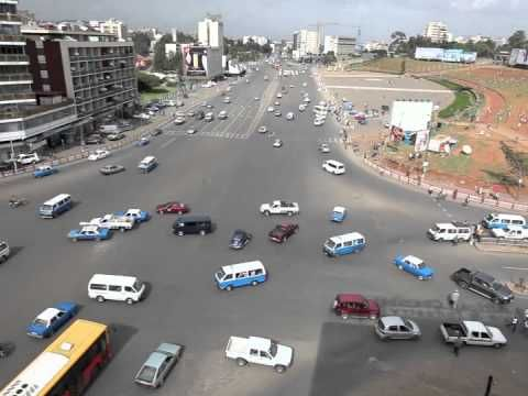 En la capital de Etiopia, Addis Abeba, se regula el tráfico sin semaforos, y, sorprendentemen, ta...
