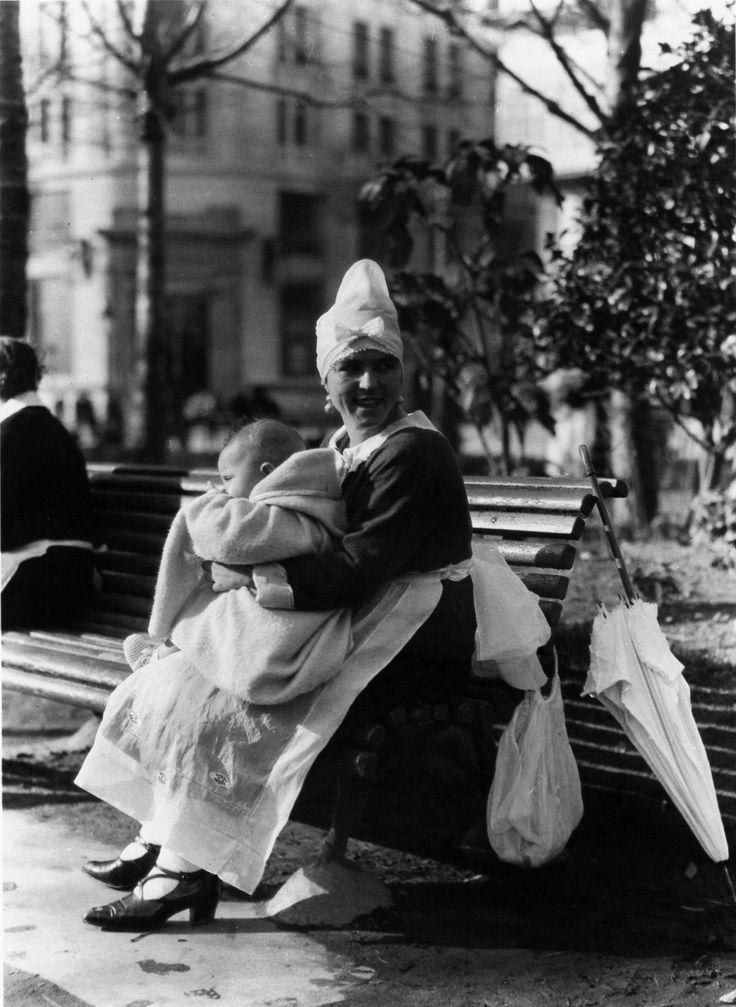 Cantones  [Nursemaid]. A Coruña, 1926.