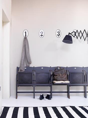 Comme à l'école mais, vous n'avez pas de place pour mettre un banc, utilisez des chaises pliantes. www.entreprise-cochet.fr