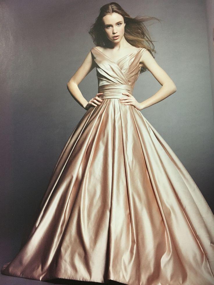 ピーチベージュのカラードレス♡ 艶とハリが美しいサテンをベースにタッキングのみで表現されたデザインに身を纏えば 都会の洗練されたお洒落な花嫁姿に大変身♪♪  http://salon-de-couture.co.jp Salon de couture Nakamura