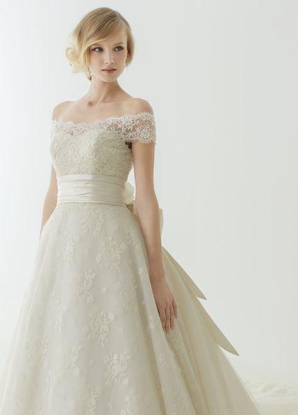 長め前髪にウェーブを出して洗練クラシカルな雰囲気に♡ ショートヘアで作るウェディングドレスに合う髪型一覧。ウェディングドレス・カラードレス・花嫁衣装の髪型まとめ。