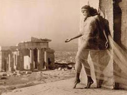 Nelly's (Έλλη Σουγιουλτζόγλου-Σεραϊδάρη) (1899-1998). Το έργο της Nelly's χαρακτηρίζεται από κινητικότητα και ελευθερία, όπως και η ίδια η ζωή της.Τα μνημεία και οι αρχαιολογικοί θησαυροί αποτυπώθηκαν συστηματικά από την Nelly's: πειραματισμοί με το φυσικό φως και αποτύπωση των αρχαίων ναών στη διαμνημειακή τους σχέση, φωτογραφίες χορού στη Γερμανία, αλλά κυρίως αυτές στην Ακρόπολη, ξεχωρίζουν για τη θεματική τους συνοχή.Μουσείο Μπενάκη : ΜΟΝΙΜΕΣ ΣΥΛΛΟΓΕΣ / ΑΡΧΕΙΑ / ΦΩΤΟΓΡΑΦΙΚΑ ΑΡΧΕΙΑ