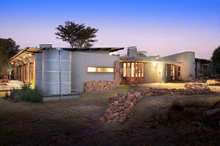 Somptueux mélange de pierres et bois pour une maison dans la brousse sud-africaine, façade jardin nuit - House-Mouton par Earthworld Architects and Interiors - Pretoria, Afrique du Sud #construiretendance