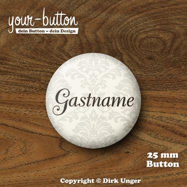 Button für die Hochzeitsgäste  Wer ist wer auf der Hochzeitsfeier? Mit diesen Buttons hat des Rätselraten ein Ende!  Sie sind beliebig beschriftbar, ob nun zum Beispiel mit den Vornamen der Gäste oder deren Verwandschaftsverhältnis zum Brautpaar (z.B. Cousine der Braut).  Der Preis pro Button beträgt 2,00 € (Button-Größe 25 mm).  Auf Wunsch kannst du die Buttons auch als 32 mm große Buttons bekommen, der Preis pro Button beträgt dann 2,50 €.