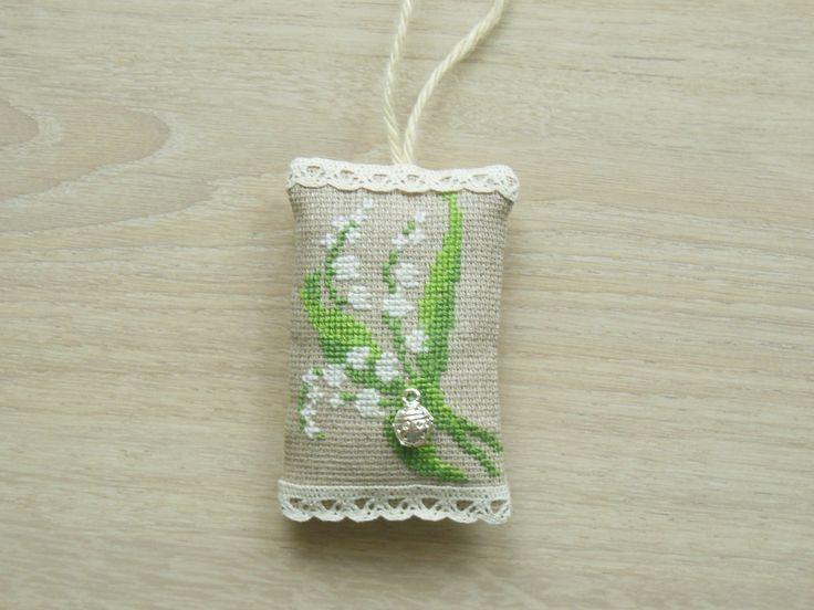 1er mai, porte-bonheur: coussinet brodé d'un motif de muguet, breloque coccinelle : Accessoires de maison par mamounette60
