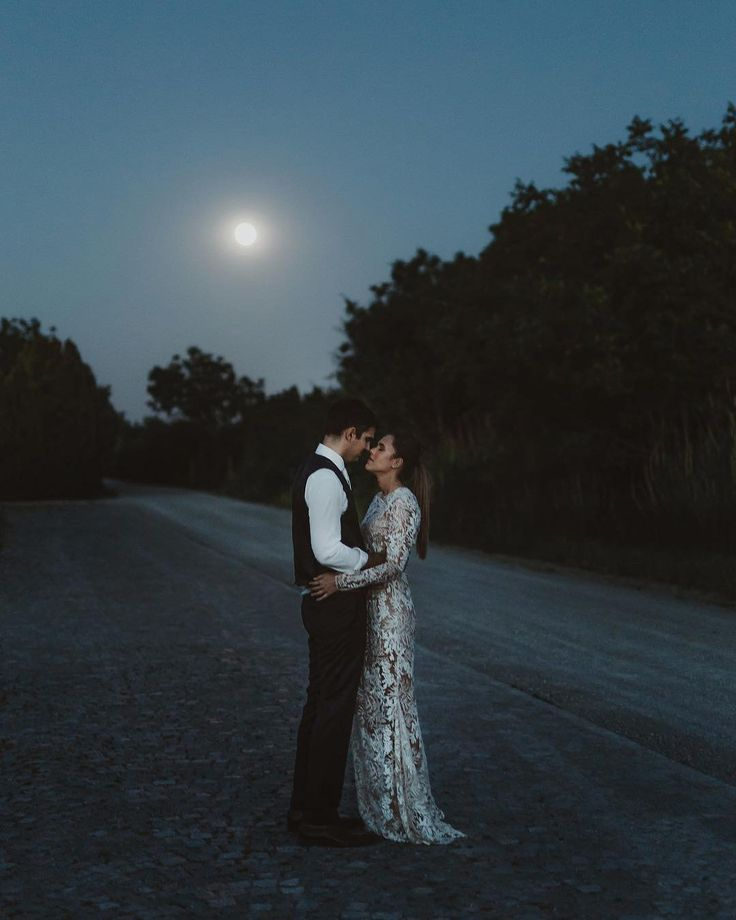 "481 gilla-markeringar, 9 kommentarer - Danilo and Sharon│Weddings (@daniloandsharon) på Instagram: ""7/30 ⭐️ In between sun and moon, day and night, light and dark. Everything around them changes, but…"""