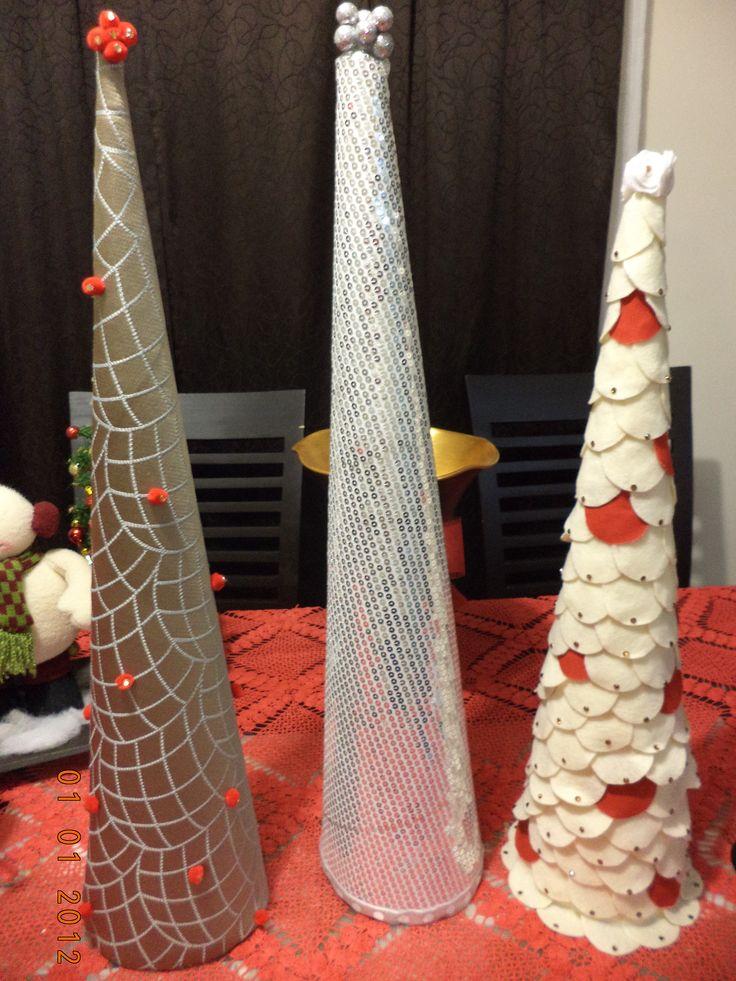 rboles de navidad hechos con conos de cartn telas y lentejuelas