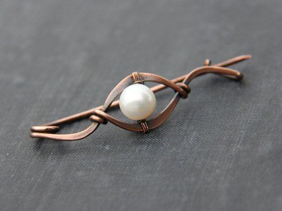 Une broche de châle simple mais élégant. Il dispose de cuivre vieilli et grandes lignes perles, simples, fluides, fermeture sécurisée rendent très
