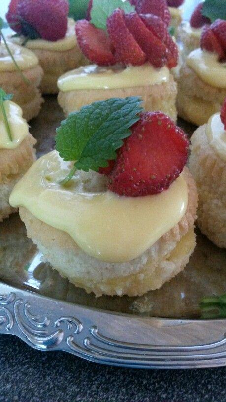 Vanilj cupcake med marsansås, färskostfrosting och en jordgubbe
